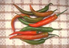 Peperone verde di peperoncino rosso caldo sull'asciugamano di cucina Fotografia Stock