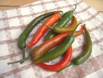 Peperone verde di peperoncino rosso caldo sull'asciugamano di cucina, stile rustico Immagine Stock