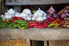 Peperone verde, peperoncino rosso e calce sul mercato di città di pietra, Zanzi fotografia stock libera da diritti