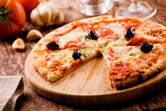 Peperoni και πίτσα ελιών Στοκ Φωτογραφίες