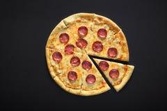 Peperoni пиццы на черной каменной предпосылке Стоковые Изображения RF