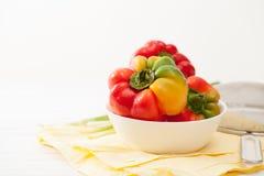 Peperoni crudi variopinti dolci, cipolle verdi nella cucina Fotografia Stock Libera da Diritti