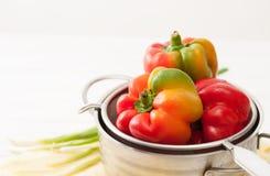Peperoni crudi variopinti dolci, lavati in un setaccio Immagini Stock Libere da Diritti