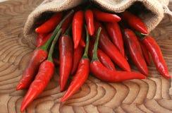 Peperoni di peperoncini rossi rossi piccanti Immagini Stock