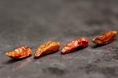 Peperoni di peperoncini rossi sull'ardesia Immagini Stock