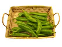 Peperoni di peperoncino rosso in cestino su bianco Fotografia Stock