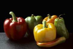 Peperoni di peperoncino rosso e della Bell contro il nero Fotografia Stock Libera da Diritti