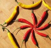 Peperoni di peperoncino rosso rossi e gialli. Immagini Stock