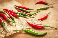 Peperoni di peperoncino rosso rossi e verdi fotografia stock