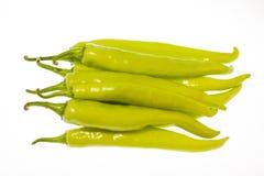Peperoni di peperoncino rosso verdi isolati su bianco Fotografie Stock