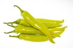 Peperoni di peperoncino rosso verdi isolati su bianco Fotografia Stock