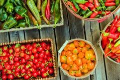 Peperoni differenti visualizzati in canestri di vimini Fotografia Stock