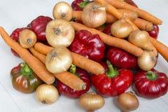 Peperoni dolci, cipolla fresca e carote rossi dolci isolati su un fondo bianco Fotografia Stock Libera da Diritti