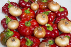 Peperoni dolci, cipolla fresca e carote rossi dolci isolati su un fondo bianco Fotografia Stock