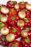 Peperoni dolci, cipolla fresca e carote rossi dolci isolati su un fondo bianco Immagine Stock Libera da Diritti
