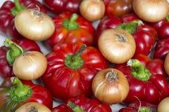 Peperoni dolci, cipolla fresca e carote rossi dolci isolati su un fondo bianco Fotografie Stock