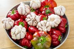 Peperoni dolci ed aglio rossi dolci freschi Fotografie Stock Libere da Diritti