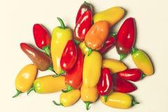 Peperoni dolci gialli e rossi su fondo rosa Fotografie Stock Libere da Diritti