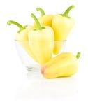 Peperoni dolci gialli freschi in ciotola di vetro isolata Fotografia Stock