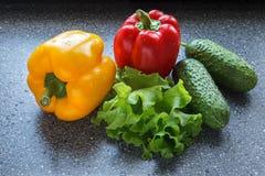 Peperoni dolci rossi e gialli, cetrioli e lattuga fotografia stock