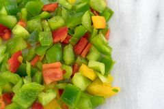 Peperoni dolci tagliati su un tagliere di marmo Fotografia Stock Libera da Diritti