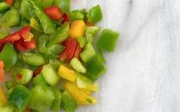 Peperoni dolci tagliati su un tagliere di marmo Fotografia Stock