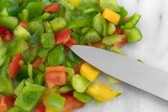 Peperoni dolci tagliati su un tagliere di marmo Fotografie Stock