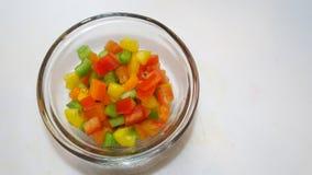 Peperoni dolci tagliati in una ciotola di vetro Fotografie Stock Libere da Diritti