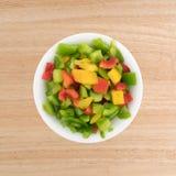 Peperoni dolci tagliati in una piccola ciotola bianca Immagini Stock