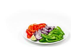 Peperoni e cipolla tagliati su una priorità bassa bianca Fotografia Stock Libera da Diritti