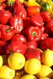 Peperoni e limoni al mercato dell'agricoltore Fotografia Stock