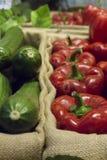 peperoni e zucchini sopra il canestro immagini stock libere da diritti