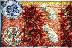 Peperoni ed oggetti ungheresi rossi tradizionali di arte di piega da vendere Fotografia Stock Libera da Diritti