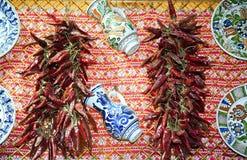 Peperoni ed oggetti ungheresi rossi tradizionali di arte di piega da vendere Immagini Stock