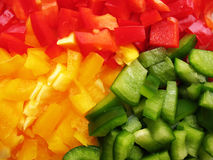 Peperoni gialli, rossi e verdi bulgari. Affettatura. Fotografie Stock Libere da Diritti