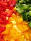 Peperoni gialli, rossi e verdi bulgari. Affettatura. Fotografie Stock