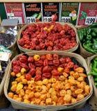 Peperoni im Verkauf in einem Supermarkt lizenzfreie stockfotos