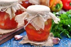 Peperoni marinati in succo di pomodoro con le cipolle, l'aglio ed il basilico Fotografia Stock Libera da Diritti