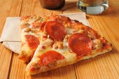 Peperoni- och korvpizza Arkivfoton