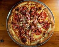 Peperoni- och skinkapizza arkivfoton