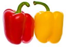 Peperoni rossi & gialli freschi isolati Immagine Stock