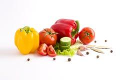Peperoni rossi e gialli su un fondo bianco Pomodoro con pepe fotografia stock libera da diritti