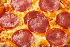 Peperoni salamipizza på trätabellen ordna till f?r att ?ta royaltyfri fotografi