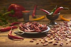 Peperoni secchi - peperoncini rossi ed altri su uno stile di piastra metallica e rustico Fotografie Stock Libere da Diritti