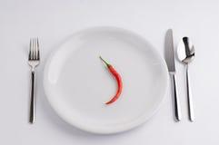 Peperoni und weiße Porzellanplatte Stockfoto