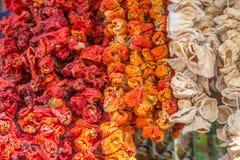 Peperoni variopinti secchi - alimento turco nazionale, venduto al bazar in Konyaa Fotografie Stock