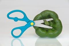 Peperoni verdi con le forbici fotografie stock libere da diritti