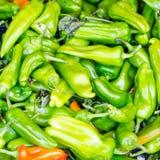 Peperoni verdi su uno scrittorio del mercato fotografie stock libere da diritti