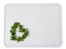 Peperoni verdi tagliati sulla scheda di taglio Immagini Stock