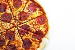Peperonipizza med Mozzarellaost, salami, tomater, peppar isolerad italiensk pizzawhite royaltyfri fotografi